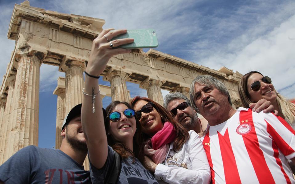 Αυτή είναι η Ελλάδα. (Μουσική υπόκρουση, απαραιτήτως Ρέμος!..)
