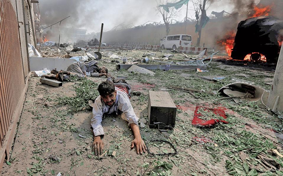 Σκηνές Αποκάλυψης στο διπλωματικό προάστιο της Καμπούλ, μετά τη γιγάντια έκρηξη βυτιοφόρου, από την οποία έχασαν τη ζωή τους τουλάχιστον 90 άνθρωποι και τραυματίστηκαν εκατοντάδες, ενώ διπλωματικές αποστολές υπέστησαν εκτεταμένες ζημιές. Μετά την ανακοίνωση των Ταλιμπάν, που ελέγχουν το 40% της χώρας, ότι δεν ευθύνονται, οι υποψίες βαρύνουν το ISIS. Σελ. 9