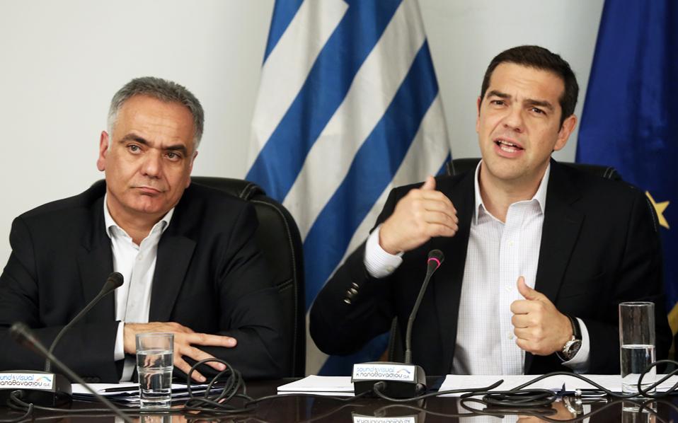 Ο κ. Αλέξης Τσίπρας με τον κ. Παν. Σκουρλέτη, χθες, στο υπουργείο Εσωτερικών, στο οποίο βρέθηκε ο πρωθυπουργός στο πλαίσιο του κύκλου επισκέψεών του σε υπουργεία.