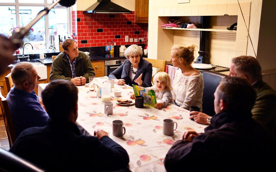 Η Τερέζα Μέι συνομιλεί με αγροτική οικογένεια, στη διάρκεια προεκλογικής περιοδείας της στην Ουαλλία.
