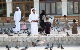 Καταριανοί σε κεντρική αγορά της Ντόχα, που υφίσταται τις επιπτώσεις από τον οικονομικό αποκλεισμό.