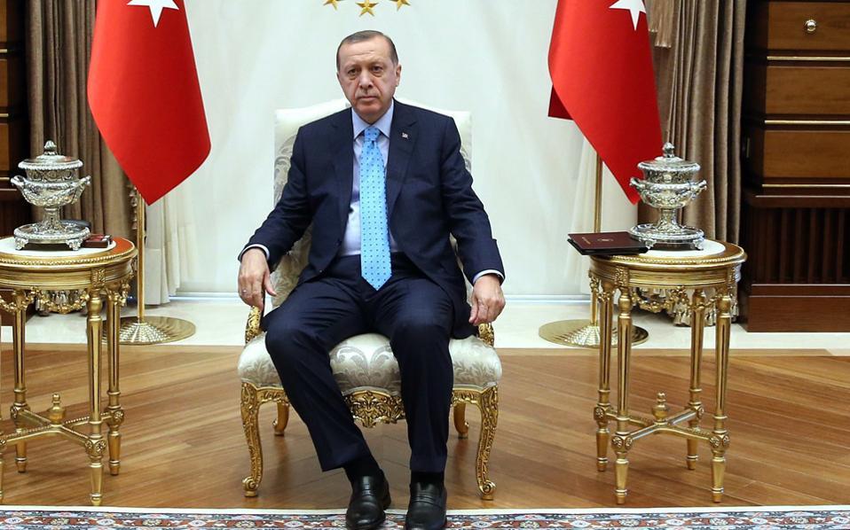 Ο Ταγίπ Ερντογάν στον χρυσό θρόνο του.