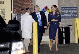 Το φόρεμα της Melania. Βρήκε το στύλ της γρήγορα, η πρώτη κυρία των ΗΠΑ. Αν και μόλις μερικούς μήνες στην προβεβλημένη θέση, η Melania Trump βρήκε τρόπο να αναδείξει την άψογη σιλουέτα της με ρούχα που έχουν φαρδιά ζώνη στην μέση. Στην εικονιζόμενη περίπτωση, όπου μαζί με τον σύζυγό της επισκέφθηκαν τα θύματα της ένοπλης επίθεσης στον αγώνα μπάσκετ, στην εμφάνισή της εκτός από την φαρδιά ζώνη, υπήρχε και η τολμηρή αποκάλυψη των εντυπωσιακών ποδιών της. EPA/OLIVIER DOULIERY
