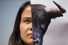Για τους ταύρους. Μπορεί να ανήκει στα δομικά στοιχεία της Ισπανικής παράδοσης, αυτό όμως δεν σημαίνει ότι κάποιοι δεν αντιδρούν σε αυτήν. Ο λόγος για τις ταυρομαχίες. Οι  ακτιβιστές των δικαιωμάτων των ζώων δεν σταματούν να διαμαρτύρονται για τον σφαγιασμό των ταύρων, όπως στην διαδήλωση που έγινε στην Μαδρίτη από όπου και η φωτογραφία. AP Photo/Francisco Seco