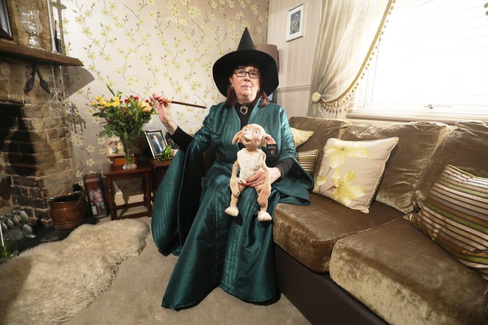 Ο Harry Potter γίνεται 20 χρονών. Μάλλον γίνεται μεγαλύτερος αλλά από την έκδοση του αξιαγάπητου μάγου συμπληρώνεται μια ολόκληρη εικοσαετία φρενίτιδας. Οι φαν του βέβαια άλλαξαν και από πιτσιρίκια έγιναν ενήλικες και εξακολουθούν να φορούν στολές από την πλοκή του αγαπημένου τους βιβλίο, αλλάζοντας τον χαρακτηρισμό τους από πιστούς της μαγείας σε γραφικούς. Στην φωτογραφία η Maria York με το κοστούμι της καθηγήτριας McGonagall στο σπίτι της στο Grays. REUTERS/Neil Hall