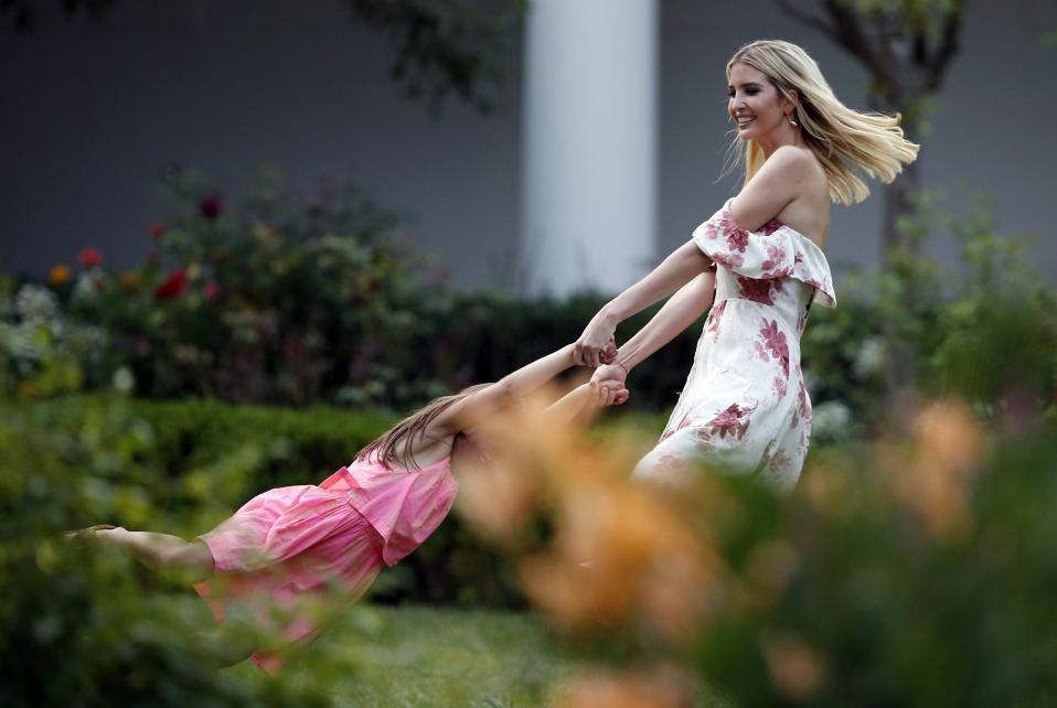 What a wonderful world. Νέα, όμορφη, πλούσια και κόρη του πλανητάρχη είναι η Ivanka Trump και παίζει με την κόρη της, Arabella Kushner στον κήπο του Λευκού Οίκου. Σε μια εικόνα τελειότητας που απέχει έτη φωτός από την ζωή των υπολοίπων ταπεινών ανθρώπων.  AP Photo/Alex Brandon