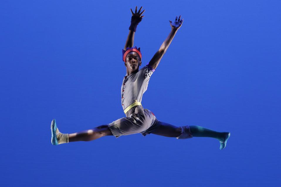 Σχολική παράσταση. Το Ballet Tech παρέχει δωρεάν μαθήματα χορού μαζί με την βασική εκπαίδευση για ταλαντούχα παιδιά. Από τα εκατοντάδες που φτάνουν για οντισιόν κάθε χρόνο μόνο μερικές δεκάδες γίνονται δεκτά και με αυτά συντελεστές στήθηκε η παράσταση «Meshugana Dance» που παρουσιάζεται στο Joyce Theater της Νέας Υόρκης. (AP Photo/Mark Lennihan)
