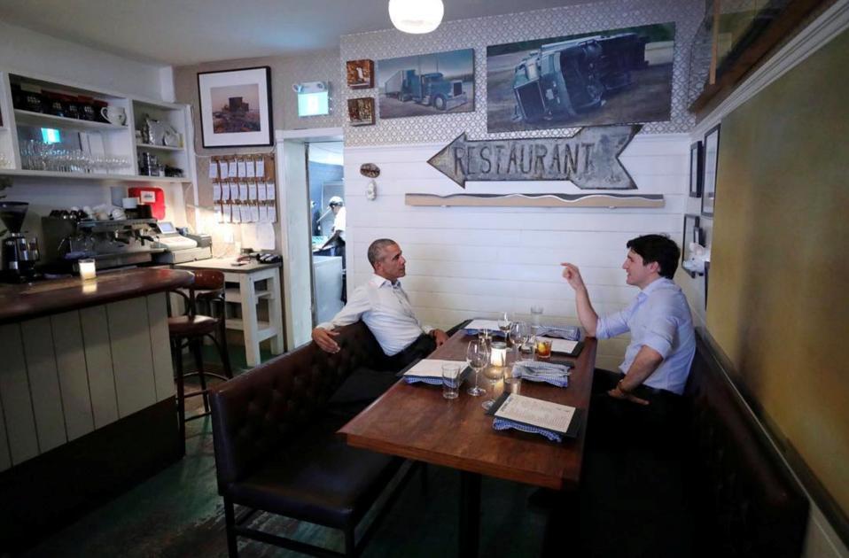 Χαλαρά ή μάλλον cool. Σε εστιατόριο στο Montreal συνέφαγαν ο πρώην πρόεδρος Barack Obama και ο πρωθυπουργός του Καναδά Justin Trudeau. Οι δυο γοητευτικοί πολιτικοί τα είπαν με κύριο μενού την δημιουργία νέων ηγετών και την δραστηριοποίησή τους στις τοπικές κοινωνίες, εγχείρημα που αφορά και το ίδρυμα Οbama. Ο πρώην πρόεδρος βρέθηκε στον Καναδά με αφορμή την ομιλία του στο Montreal Chamber of Commerce. Prime Minister's Office/Handout via REUTERS