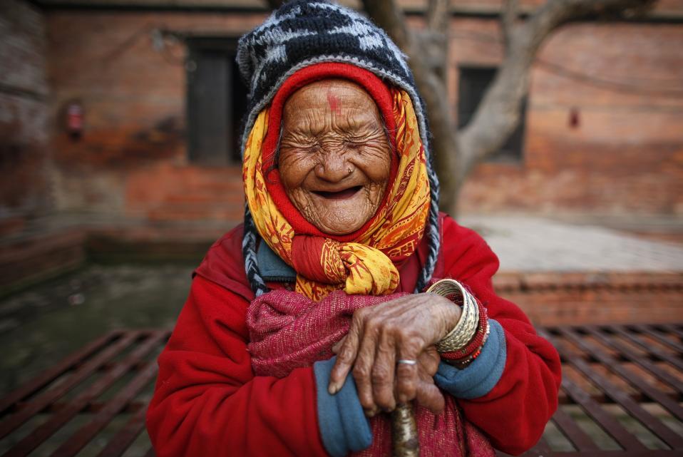 Εκατοντάχρονο γέλιο. Γερνάει η υφήλιος και στην Ασία το φαινόμενο είναι ήδη αισθητό. Το 2050 το ποσοστό των ανθρώπων που θα είναι πάνω από 65 ετών θα τριπλασιαστεί με τα κράτη να αντιμετωπίζουν το δυσβάσταχτο πρόβλημα της φροντίδας αυτών των ηλικιωμένων. Αξίζει να σημειωθεί ότι μέχρι πρότινος, η φροντίδα των ηλικιωμένων ήταν υποχρέωση της οικογένειας και στον τομέα αυτόν οι κοινωνικές δομές λείπουν. Παρόλα αυτά, η Tirtha Maya Rai αν και εγκαταλείφθηκε όταν γεννήθηκε στις όχθες του ποταμού Bagmati, και δεν έκανε ποτέ δική της οικογένεια, γελά με την καρδιά της για τον φακό στο μοναδικό γηροκομείο του Νεπάλ. EPA/NARENDRA SHRESTHA