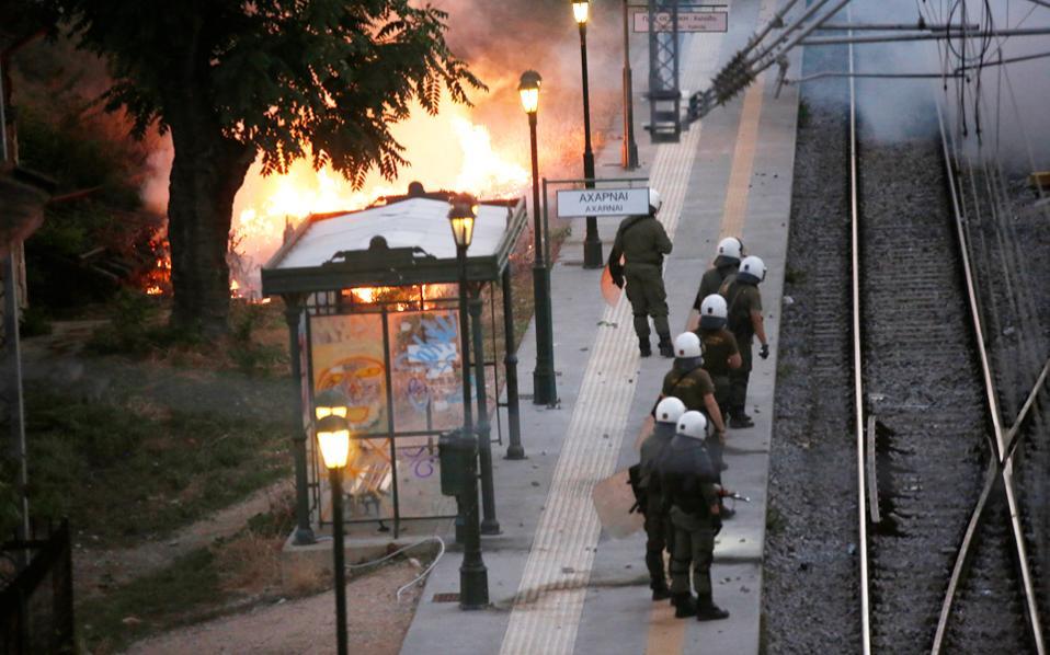 Κάτοικοι του Μενιδίου απέκλεισαν χθες τις σιδηροδρομικές γραμμές στην περιοχή, διαμαρτυρόμενοι για την εγκληματικότητα. Ακολούθησαν επεισόδια από ομάδα κουκουλοφόρων.