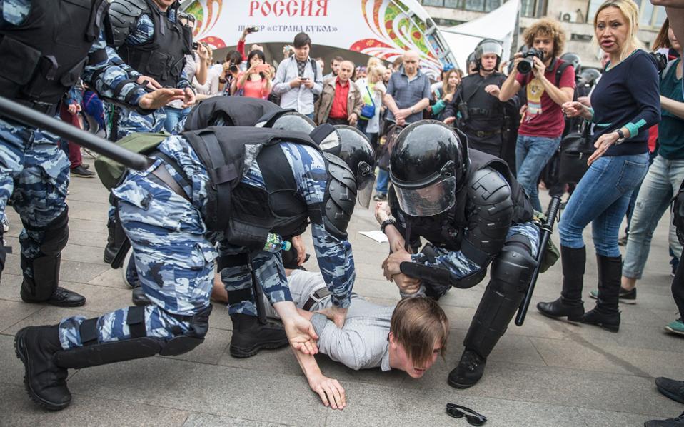 Σύλληψη διαδηλωτή χθες στη Μόσχα. Σημαία της ρωσικής αντιπολίτευσης είναι το αίτημα για καταπολέμηση της διαφθοράς.