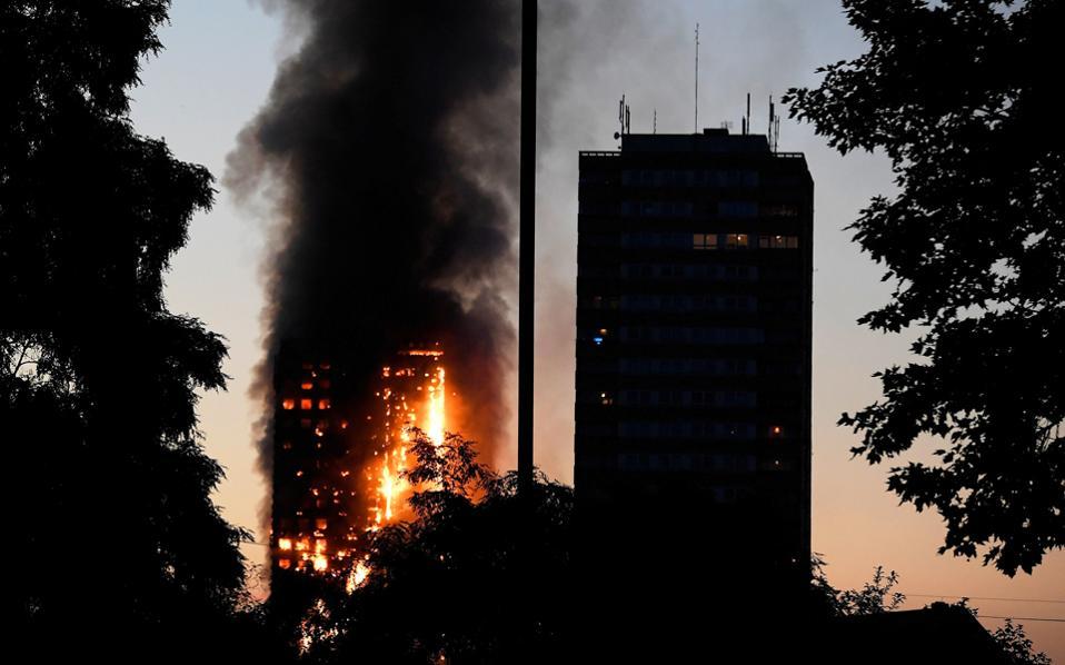 14flames4-thumb-large Κόλαση φωτιάς σε 27ωροφο κτήριο στο Λονδίνο – Φόβοι για εγκλωβισμένους [εικόνες & βίντεο]