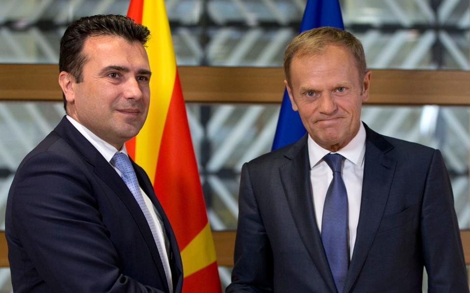 Θερμή χειραψία του επικεφαλής του Ευρωπαϊκού Συμβουλίου Ντόναλντ Τουσκ με τον Ζόραν Ζάεφ, τη Δευτέρα, στις Βρυξέλλες.