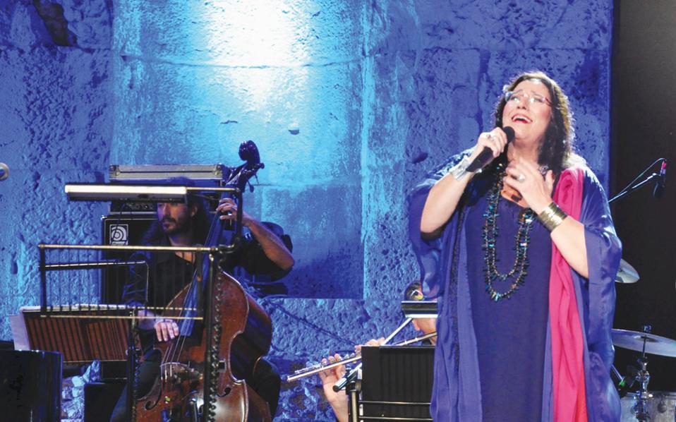 Μιλώντας για τα καινούργια της τραγούδια, η Μαρία Φαραντούρη λέει ότι είναι εμπνευσμένα από τις περιπέτειες και τις μετακινήσεις των λαών στη θάλασσα της Μεσογείου.