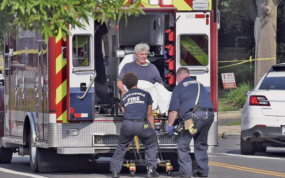Ενοπλος άνοιξε πυρ εναντίον της ομάδας μπέιζμπολ των Ρεπουμπλικανών, την ώρα που προπονούνταν εν όψει φιλανθρωπικού αγώνα με τους Δημοκρατικούς, με αποτέλεσμα να τραυματιστούν πέντε άνθρωποι, συμπεριλαμβανομένου του βουλευτή Στιβ Σκαλίς. Ο δράστης της επίθεσης πυροβολήθηκε από αστυνομικούς και αργότερα υπέκυψε στα τραύματά του. Στη φωτογραφία, ο Ρεπουμπλικανός βουλευτής Ρότζερ Γουίλιαμς μεταφέρεται σε ασθενοφόρο.