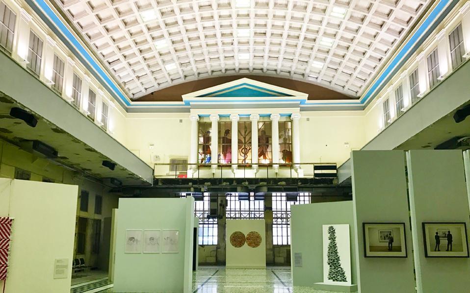 Το κτίριο του παλιού Χρηματιστηρίου, στην οδό Σοφοκλέους, φιλοξενεί την έκθεση των 15 έργων που αγοράστηκαν από την Εθνική Τράπεζα.
