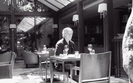 «Προσπαθώ να κάνω τον εαυτό μου χρήσιμο για τους άλλους ανθρώπους που έχουν την ανάγκη από κάτι που θα επαναβεβαιώσει τη σχέση τους με το γεγονός ότι είναι ζωντανοί. Νομίζω ότι αυτός είναι ο λόγος που γράφω βιβλία», λέει ο Ρίτσαρντ Φορντ. (Φωτογραφίες: Ελισάβετ Μωράκη)