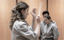 Η αρχιμουσικός Ζωή Τσόκανου διευθύνει το μουσικό σύνολο με διπλό ρόλο στην παράσταση.