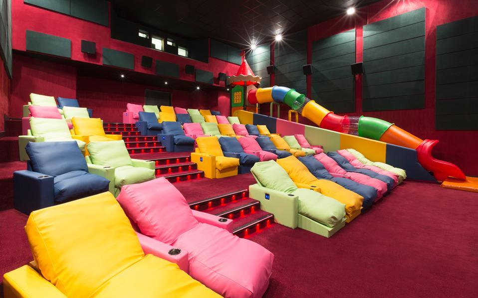 Η καινούργια, πολύχρωμη αίθουσα των Village Cinemas.