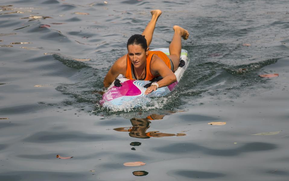 Για άλλους λόγους. Τον διάπλου τον έχουν κάνει στο παρελθόν χιλιάδες Κουβανοί με την ελπίδα να φτάσουν  στις ΗΠΑ για μια καλύτερη ζωή. Πάνω σε αυτοσχέδιες βάρκες, αψηφώντας κακό καιρό και μεγάλους καρχαρίες, ήλπιζαν να κάνουν το όνειρό τους πραγματικότητα έστω και αν πολλοί έχασαν την ζωή τους σε αυτά τα νερά. Το ίδιο ταξίδι προσπαθεί να κάνει τώρα η Αμερικανίδα Cynthia Αguilar, που θέλει να είναι η πρώτη που θα ξεκινήσει από την Marina Hemingway στην Αβάνα και θα φτάσει στην Φλόριντα με σανίδα. AP Photo/Ramon Espinosa