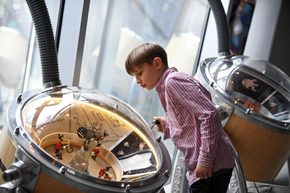 Μόνο για παιδιά Στο Μουσείο Επιστημών Κοπέρνικος της Πολωνίας οι πόρτες άνοιξαν για να γιορτάσουν την Παγκόσμια Ημέρα Παιδιών. Τα πιτσιρίκια είχαν την δυνατότητα να παρακολουθήσουν και να διεξαγάγουν πειράματα με σκοπό να κατανοήσουν καλύτερα τους κανόνες του κόσμου που μας περιβάλλει.  EPA/Bartlomiej Zborowsk