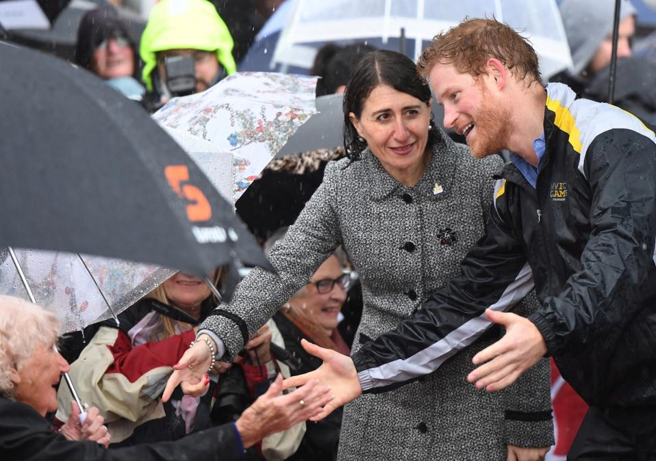 Λατρεία υπό βροχή. Στην Αυστραλία βρέθηκε ο πρίγκιπας Harry για να προωθήσει τους αγώνες Invictus που θα διεξαχθούν το 2018 στο Σίδνει. Πολύς ο κόσμος που συγκεντρώθηκε για να τον δει από κοντά και που δεν έφυγε παρά την δυνατή βροχή. Οπως η 97χρονη Daphne Dunne που για υπομονή της κέρδισε ένα μεγάλο χαμόγελο από τον νεαρό πρίγκιπα. REUTERS/Dean Lewis/