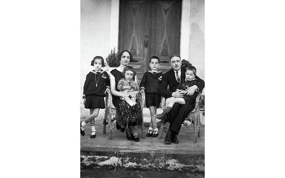Η οικογένεια του Κυριάκου Μητσοτάκη (1883-1944) μπροστά στην είσοδο του σπιτιού τους. Από αριστερά: Καίτη, Σταυρούλα, Λευτέρης, Κώστας, Κυριάκος και Χαράλαμπος.