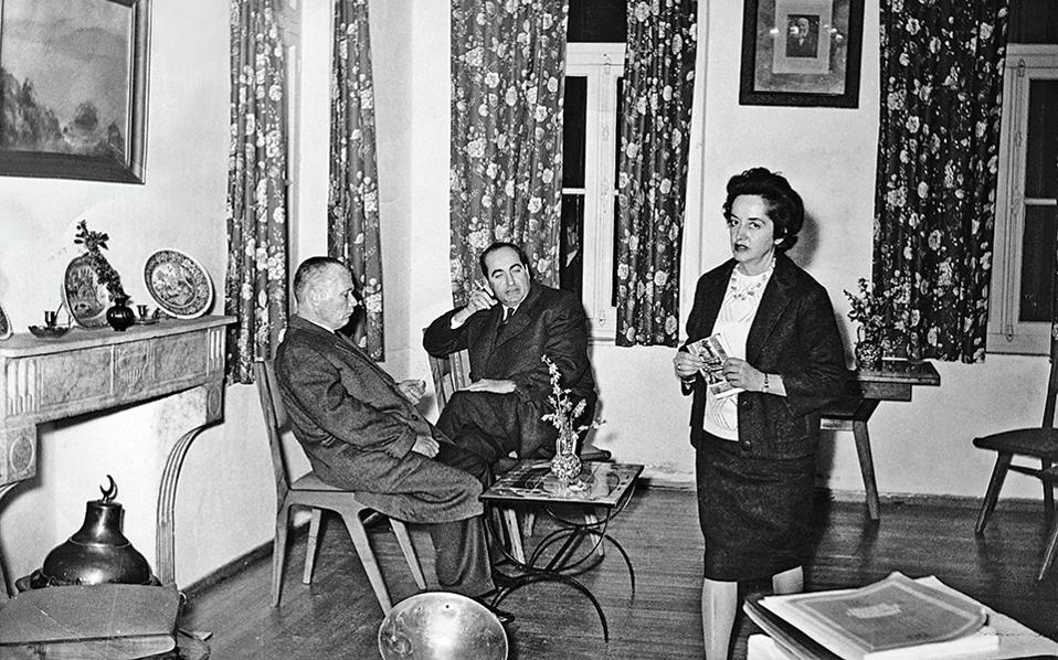 Μια ιστορική φωτογραφία: Ο Σοφοκλής Βενιζέλος επισκέπτεται στις 6 Φεβρουαρίου του 1964 το σπίτι του Κωνσταντίνου Μητσοτάκη στη Χαλέπα (δεξιά, διακρίνεται η αδελφή του Καίτη). Λίγες ώρες αργότερα, ο δευτερότοκος γιος του Ελευθέριου Βενιζέλου εκφωνεί προεκλογικό λόγο στα Χανιά και στη συνέχεια επιβιβάζεται στο πλοίο «Ελλάς» με προορισμό τη Σύρο. Αργά το βράδυ θα αισθανθεί αδιαθεσία, για να αφήσει εντελώς αναπάντεχα την τελευταία του πνοή λίγες ώρες μετά...