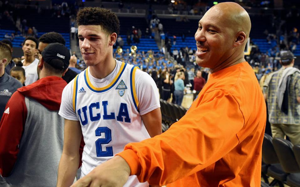 Ο Λαβάρ Μπολ, πατέρας του «φαινομένου» του πανεπιστημιακού πρωταθλήματος μπάσκετ Λόνζο Μπολ, βρίσκεται πάντα στο πλάι του γιου του.