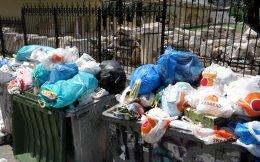 Παραμένουν τα βουνά σκουπιδιών στους περισσότερους δήμους της Αττικής, παρόλο που, υπό το βάρος των αντιδράσεων της κοινής γνώμης και των υψηλών θερμοκρασιών, ολοένα και περισσότερα απορριμματοφόρα βγαίνουν στους δρόμους σε πολλούς δήμους ως συνεργεία έκτακτης ανάγκης.