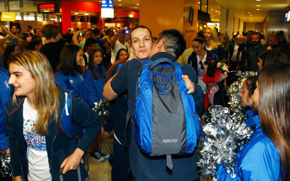 Μία αγκαλιά και ένα φιλί από τα αγαπημένα τους πρόσωπα περίμενε τα μέλη της αποστολής της Εθνικής Γυναικών, η οποία επέστρεψε από το Ευρωμπάσκετ της Τσεχίας έχοντας κατακτήσει την τέταρτη θέση.