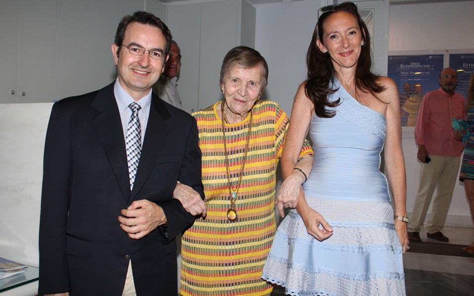 Η Ελένη Γλύκατζη - Αρβελέρ ανάμεσα στον Νικόλαο Κατσίκη και τη Φλερέτ Καραδόντη - Κατσίκη, στα εγκαίνια της έκθεσης Εγγονόπουλου.