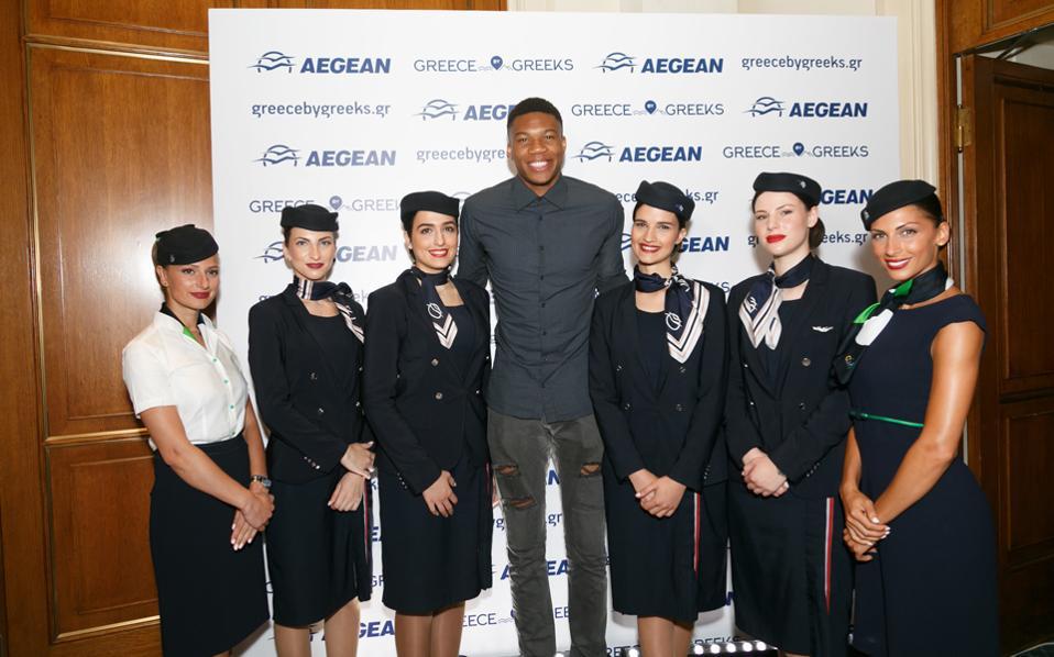 Την καλύτερη διαφήμιση του ελληνικού μπάσκετ και της Ελλάδας στο εξωτερικό συνεχίζει ο Γιάννης Αντετοκούνμπο. Ο σταρ των Μπακς και της Εθνικής Ελλάδος ανακηρύχθηκε χθες ο πιο βελτιωμένος παίκτης της σεζόν που πέρασε στο ΝΒΑ, ενώ παράλληλα ξεκίνησε τη συνεργασία του με τον εθνικό αερομεταφορέα της Aegean με σκοπό την προβολή της χώρας.