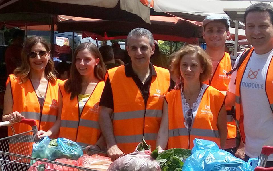Εμφανής η εμπιστοσύνη των παραγωγών στους εθελοντές του «Μπορούμε» με τα πορτοκαλί γιλέκα, οι οποίοι τηρούν το ραντεβού μαζί τους από το 2015.