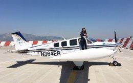 Η Σαέστα Ουάις κάνει τον γύρο του κόσμου για να προωθήσει την αεροπορία και τη θέση της γυναίκας σε αυτήν. Σήμερα, οι γυναίκες αντιστοιχούν στο 0,6% του συνολικού αριθμού πιλότων παγκοσμίως. Είναι μόλις 450...