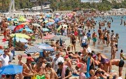 Λουόμενοι, χθες, στο Αλικάντε. Η μέση θερμοκρασία των θαλασσών γύρω από την Ισπανία έχει ανεβεί από 0,5 έως 2,5 βαθμούς Κελσίου μέσα σε μία δεκαετία.