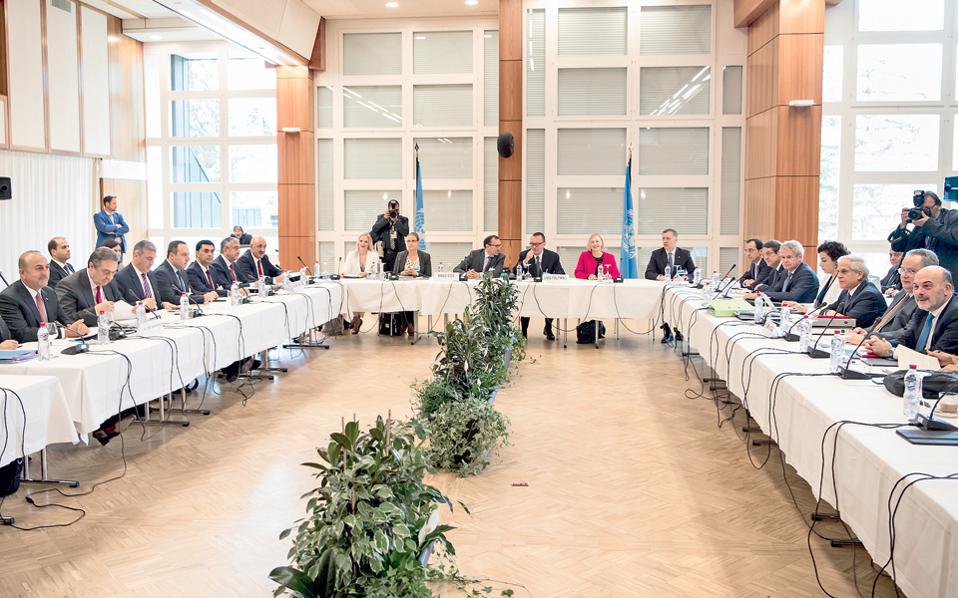 Τα θέματα της ασφάλειας και των εγγυήσεων βρίσκονται στο επίκεντρο της Διάσκεψης για το Κυπριακό που άρχισε χθες στο ελβετικό θέρετρο Κραν-Μοντανά. Ο υπουργός Εξωτερικών Νίκος Κοτζιάς (δεξιά) παρουσίασε αναλυτική πρόταση για την κατάργηση των εγγυήσεων.