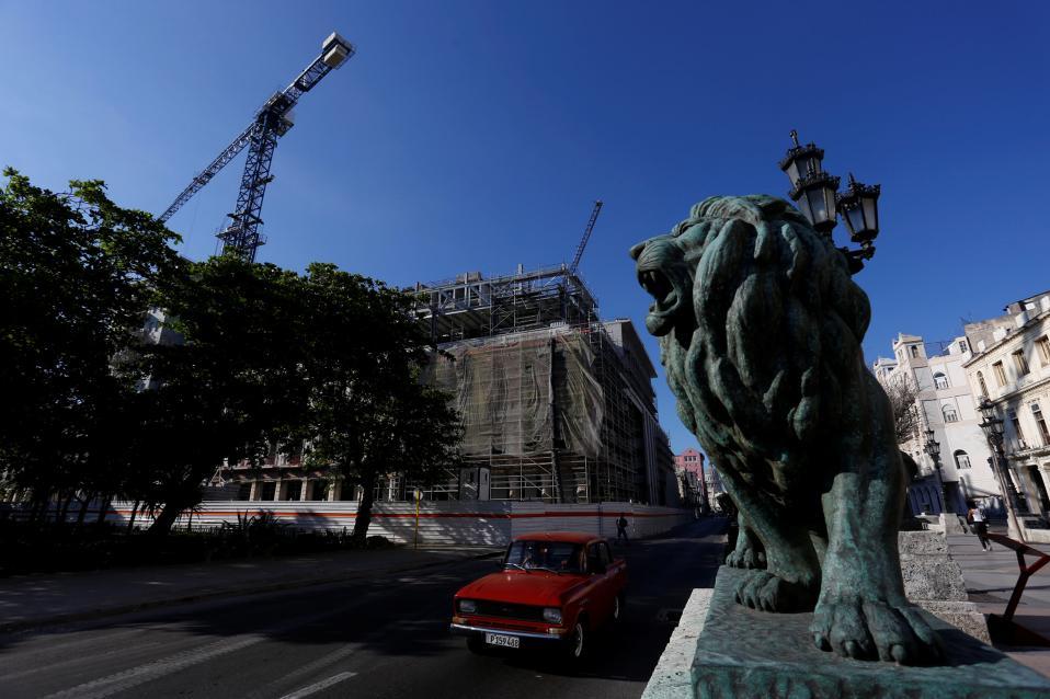 Η Κούβα αλλάζει. Τεράστιοι γερανοί πάνω από την Αβάνα μαρτυρούν τον οικοδομικό αναβρασμό που επικρατεί στην πόλη. Τα παλιά ιστορικά κτίρια ανακαινίζονται ενώ αποκαλύπτονται εντυπωσιακά πολυτελή ξενοδοχεία. REUTERS/Stringer