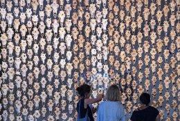 Στο σπίτι. Εχοντας πάρει μια γενναία δόση από την φημισμένη Documenta 14 στην Αθήνα η έκθεση συνεχίζεται ή μάλλον επιστρέφει στο Kassel της Γερμανίας. Στην φωτογραφία το έργο «Pile o Sapmi», μια κουρτίνα φτιαγμένη από κεφάλια ταράνδων, της Νορβηγίδας Maret Anne Sara.  AP Photo/Jens Meyer