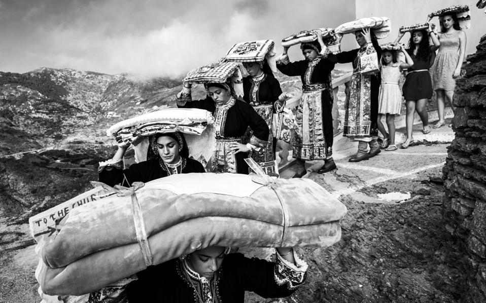 Μεταφορά προίκας γαμπρού στο σπίτι της νύφης. Ολυμπος Καρπάθου. Φωτογραφία του Γιώργου Τατάκη.