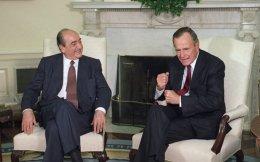 Κωνσταντίνος Μητσοτάκης και Τζορτζ Μπους στον Λευκό Οίκο. Ο Μητσοτάκης ήταν ο πρώτος πρωθυπουργός που επισκέφθηκε τις ΗΠΑ μετά το 1961.