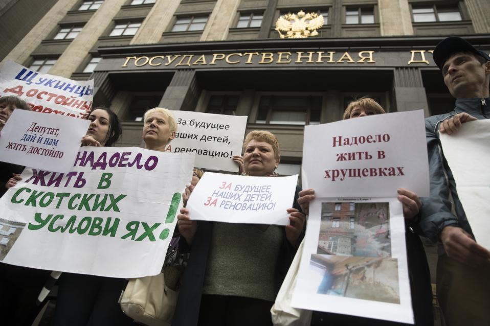 Η Μόσχα δεν θέλει να αλλάξει. Στα δυο έχουν χωριστεί οι κάτοικοι της Μόσχας με αφορμή το σχέδιο του δήμου να κατεδαφίσει σοβιετικές εργατικές πολυκατοικίες. Κάποιοι συμφωνούν με το σχέδιο και διατρανώνουν την υποστήριξή τους μπροστά στο Δημαρχείο, και άλλοι διαμαρτύρονται κάνοντας ανθρώπινες αλυσίδες στην Κόκκινη Πλατεία. (AP Photo/Pavel Golovki