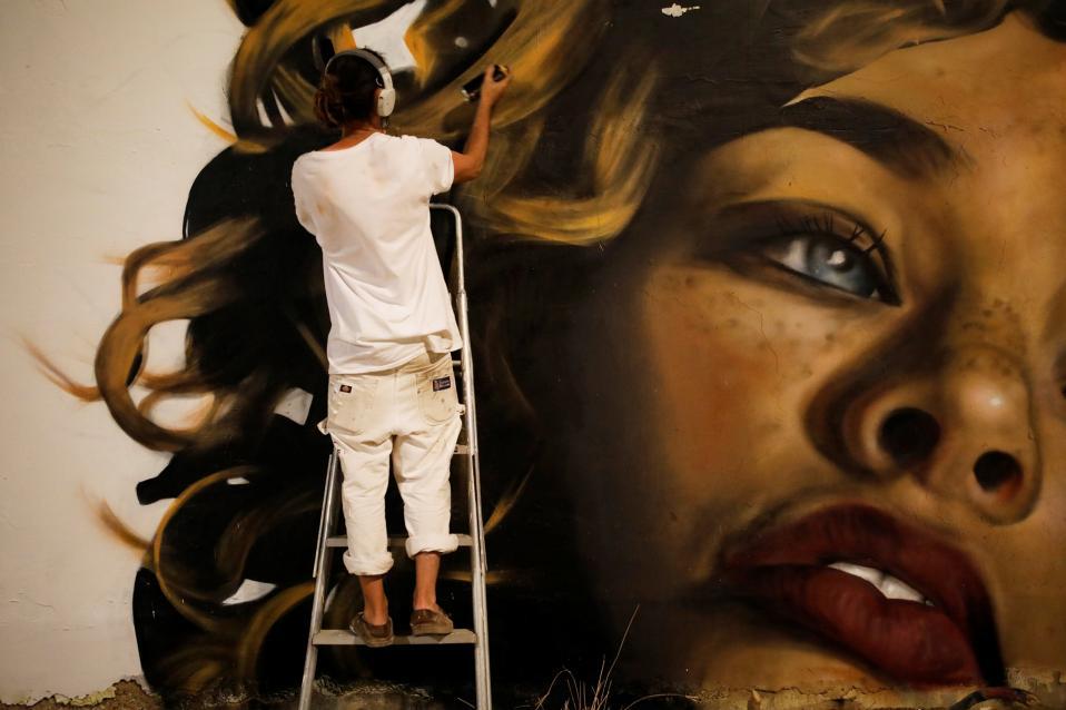 POW! WOW! Αν και ξεκίνησε στην Χαβάη δεν παρέμεινε εκεί. Το φεστιβάλ των καλλιτεχνών του γκράφιτι, και όχι μόνο, επεκτάθηκε και στο Ισραήλ, από όπου και η φωτογραφία με τον Αμερικανό  Drew επί το έργο. REUTERS/Amir Cohen