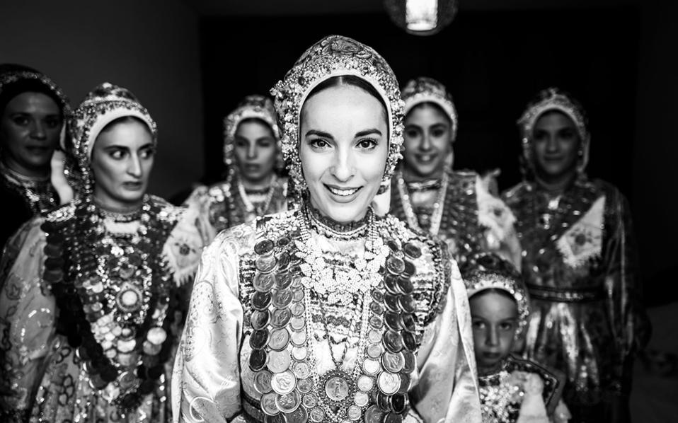 Νύφη με παραδοσιακό φόρεμα. Διαφάνι Καρπάθου. Φωτογραφία του Γιώργου Τατάκη.