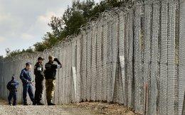 Ούγγροι αστυνομικοί κατά μήκος του φράκτη στα σύνορα Ουγγαρίας - Σερβίας. Σήμερα, η Ουγγαρία όπως και άλλες χώρες βρίσκονται στο στόχαστρο της Ε.Ε. γιατί δεν δέχονται μετανάστες στη χώρα τους.