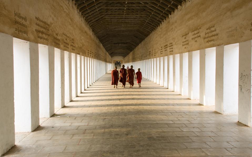 Βουδιστές μοναχοί στη Μιανμάρ (πρώην Βιρμανία). Μετά το 1989, οπότε και εγκαθιδρύθηκε στρατιωτική δικτατορία, η χώρα πήρε τη σημερινή ονομασία της.