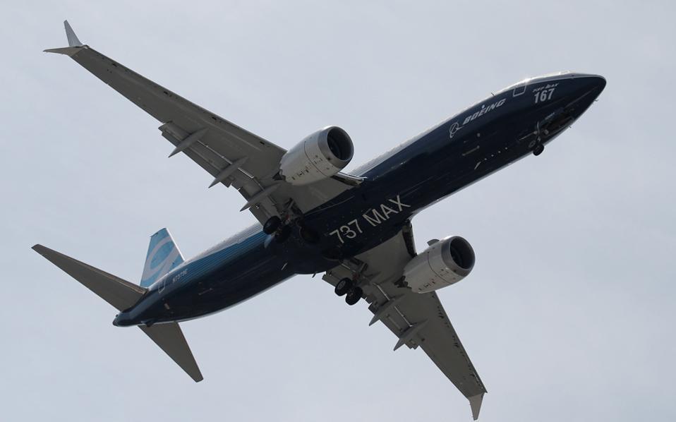Η Boeing εξασφάλισε 571 παραγγελίες στη Διεθνή Εκθεση Αερομεταφορών στο Παρίσι έναντι των 326 της Airbus. Στη φωτογραφία, το εντυπωσιακό νέο μοντέλο MAX της σειράς των Boeing 737.