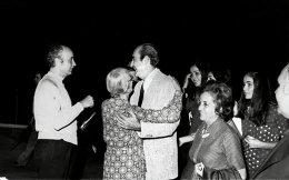 ο Κωνσταντίνος Μητσοτάκης επιστρέφει από το Παρίσι μετά την άρση του στρατιωτικού νόμου, τον Οκτώβριο του 1973. Στα Χανιά τον υποδέχονται η μητέρα του και τα αδέλφια του. Τον συνοδεύουν οι κόρες του.  Φωτογραφίες:  Ίδρυμα Κωνσταντίνος K. Μητσοτάκης