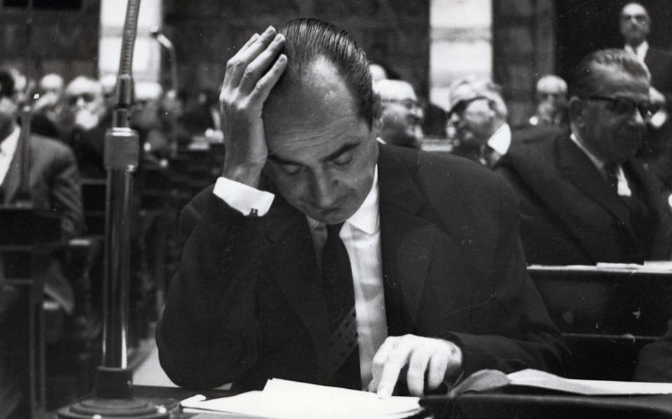 Ο Κων. Μητσοτάκης στη Βουλή, 1964-1965 (φωτογραφία: Ιδρυμα Κωνσταντίνος Μητσοτάκης).