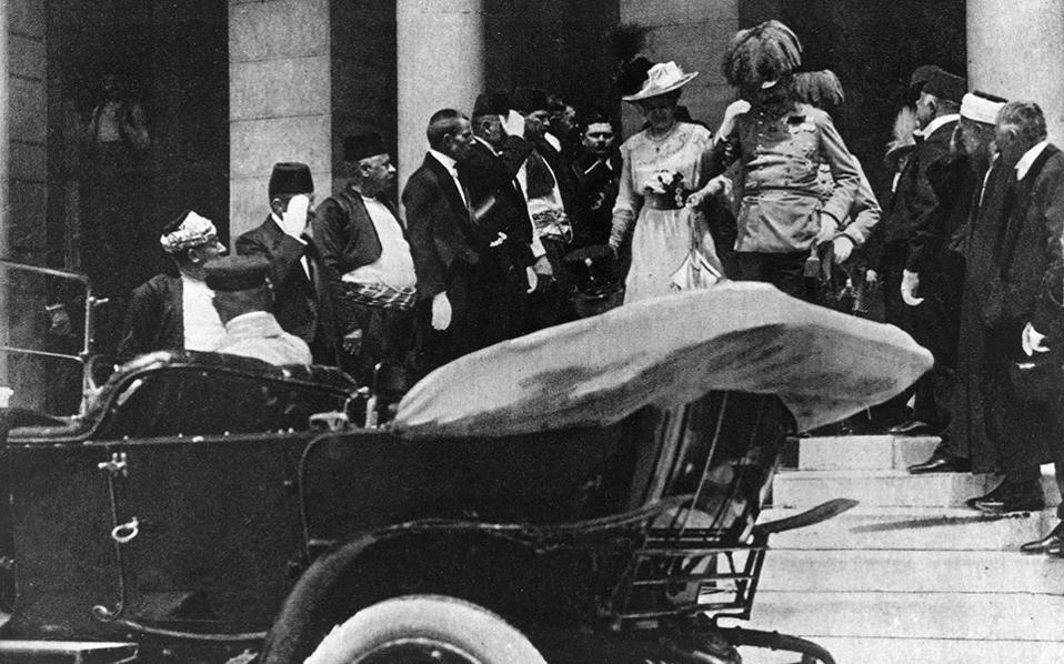 Ο αρχιδούκας Φραγκίσκος Φερδινάνδος της Αυστρίας και η Τσέχα συζυγός του, Σοφία, δούκισσα του Χόχενμπεργκ, εξέρχονται από το δημαρχείο του Σαράγεβο της Βοσνίας και κατευθύνονται προς το όχημα τους, το 1914. Λίγο αργότερα, ένας νεαρός Σέρβος εθνικιστής, ο Γκαβρίλο Πρίντσιπ, θα τους πυροβολήσει εξ επαφής και η δολοφονία τους θα γίνει η αφορμή για το ξέσπασμα του Α' Παγκοσμίου Πολέμου, καθώς σχεδόν αμέσως μετά η Αυστροουγγαρία θα κηρύξει τον πόλεμο στη Σερβία και θα σημάνει την έναρξη του «Μεγάλου Πολέμου». (AP Photo)